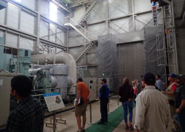 大霧地熱発電所内での国際巡検の様子